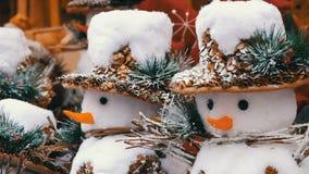 Ντεκόρ Χριστουγέννων και του νέου έτους υπό μορφή αστείων αριθμών ενός χιονανθρώπου στο καπέλο απόθεμα βίντεο