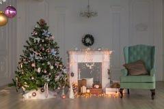 Ντεκόρ Χριστουγέννων καλής χρονιάς, υπόβαθρο, εστία, δέντρο Κάρτα στοκ εικόνα