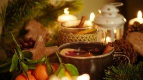 Ντεκόρ Χριστουγέννων με το τσάι, τα κεριά, τα μανταρίνια, το μελόψωμο και Blured Sparkler απόθεμα βίντεο