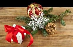Ντεκόρ Χριστουγέννων στον ξύλινο πίνακα Στοκ Εικόνες