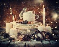 Ντεκόρ Χριστουγέννων στον πίνακα στην εορταστική σύνθεση Συρμένο χιόνι Στοκ φωτογραφία με δικαίωμα ελεύθερης χρήσης