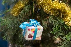 Ντεκόρ Χριστουγέννων στο κιβώτιο δώρων, τις κορδέλλες και το δέντρο έλατου Στοκ φωτογραφίες με δικαίωμα ελεύθερης χρήσης