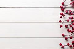 Ντεκόρ Χριστουγέννων στο ξύλινο άσπρο υπόβαθρο στοκ εικόνα