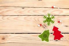 Ντεκόρ Χριστουγέννων στο ξύλινο υπόβαθρο Στοκ Εικόνες