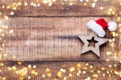 Ντεκόρ Χριστουγέννων στο παλαιό εκλεκτής ποιότητας ξύλινο υπόβαθρο στοκ φωτογραφία