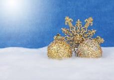 Ντεκόρ Χριστουγέννων στο χιόνι στοκ φωτογραφίες