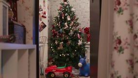 Ντεκόρ Χριστουγέννων του σπιτιού Χριστουγεννιάτικο δέντρο και φανάρια απόθεμα βίντεο