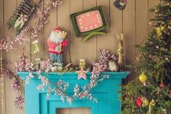 Ντεκόρ Χριστουγέννων, υπόβαθρο Χριστουγέννων, εστία, χριστουγεννιάτικο δέντρο στοκ φωτογραφία με δικαίωμα ελεύθερης χρήσης