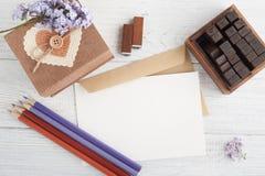 Ντεκόρ Scrapbooking DIY, γραμματόσημα, κιβώτιο δώρων Στοκ εικόνα με δικαίωμα ελεύθερης χρήσης