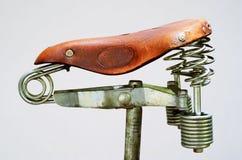 Ντεμοντέ εκλεκτής ποιότητας σέλα ποδηλάτων δέρματος Στοκ Φωτογραφίες