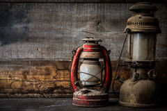Ντεμοντέ εκλεκτής ποιότητας κάψιμο λαμπτήρων φαναριών πετρελαίου κηροζίνης με ένα μαλακό φως πυράκτωσης με το ηλικίας ξύλινο πάτω Στοκ Φωτογραφία