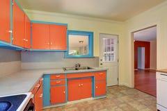 Ντεμοντέ εσωτερικό κουζινών με τα πορτοκαλιά και μπλε γραφεία Στοκ εικόνα με δικαίωμα ελεύθερης χρήσης