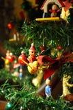 Ντεμοντέ διακοσμήσεις Χριστουγέννων σε ένα δέντρο Στοκ εικόνες με δικαίωμα ελεύθερης χρήσης