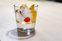 Ντεμοντέ κοκτέιλ στη σφαίρα πάγου με το κάψιμο της ζάχαρης στοκ φωτογραφίες