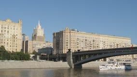 Ντεμοντέ κτήρια και ένα άσπρο σκάφος σε έναν ποταμό - Μόσχα, Ρωσία απόθεμα βίντεο