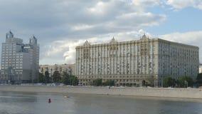 Ντεμοντέ κτήριο και ένας ποταμός - Μόσχα, Ρωσία απόθεμα βίντεο