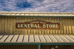 Ντεμοντέ σημάδι για το γενικό κατάστημα φρεατίων Stovepipe στοκ φωτογραφία με δικαίωμα ελεύθερης χρήσης
