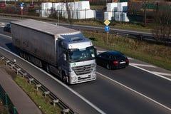 ΝΤΙΣΕΛΝΤΟΡΦ, ΓΕΡΜΑΝΙΑ - 16 ΦΕΒΡΟΥΑΡΊΟΥ: φορτηγό μεταφορών στο highwa Στοκ Εικόνα