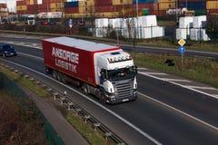ΝΤΙΣΕΛΝΤΟΡΦ, ΓΕΡΜΑΝΙΑ - 16 ΦΕΒΡΟΥΑΡΊΟΥ: φορτηγό μεταφορών στο highwa Στοκ Φωτογραφίες