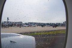 ΝΤΙΣΕΛΝΤΟΡΦ - 22 Ιουλίου 2016: αερολιμένας όπως βλέπει μέσω ενός παραθύρου αεροσκαφών κατά τη διάρκεια της βροχής Στοκ Εικόνα