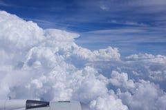 ΝΤΙΣΕΛΝΤΟΡΦ - 22 Ιουλίου 2016: Σύννεφα και μπλε ουρανός airbus της Singapore Airlines A350 μέσω ενός παραθύρου αεροσκαφών Στοκ Εικόνες