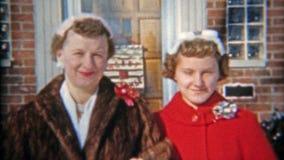 ΝΤΙΤΡΌΙΤ, ΜΙΤΣΙΓΚΑΝ 1957: Οικογένεια που αφήνει το σπίτι για το πένθος Χριστουγέννων εκκλησιών απόθεμα βίντεο