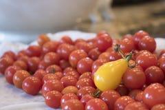 Ντομάτα αχλαδιών στο ανάχωμα των ντοματών κερασιών στο μετρητή κουζινών Στοκ φωτογραφία με δικαίωμα ελεύθερης χρήσης