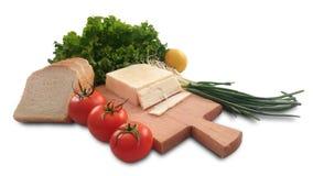 ντομάτα, λεμόνι, μαρούλι, ψωμί, φρέσκα κρεμμύδι σαλάτας και τυρί Στοκ Φωτογραφίες