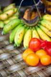 Ντομάτα και ώριμες μπανάνες στον πίνακα Στοκ Φωτογραφίες
