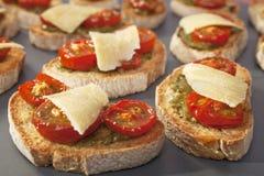 Ντομάτα και Pesto φρυγανιές Bruschetta Crostini Στοκ Φωτογραφία