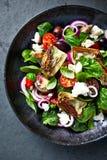 Ντομάτα κερασιών και σαλάτα σπανακιού με τις καρδιές αγκιναρών, τις ελιές kalamata και το τυρί φέτας Μεσογειακή κουζίνα r στοκ εικόνες