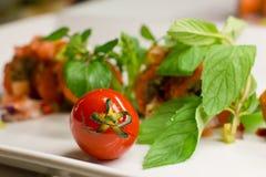 Ντομάτα κερασιών με τα φρέσκα λαχανικά και μέντα σε ένα άσπρο πιάτο Στοκ Φωτογραφίες