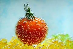 Ντομάτα κερασιών με τις φυσαλίδες υποβρύχιες Στοκ εικόνα με δικαίωμα ελεύθερης χρήσης