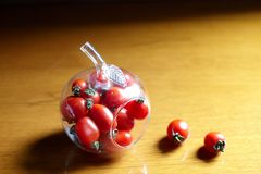 Ντομάτα κερασιών στο μπουκάλι Apple-μορφής Στοκ φωτογραφία με δικαίωμα ελεύθερης χρήσης