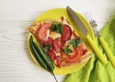 Ντομάτα μαχαιριών πιπεριών δικράνων λουκάνικων μερίδας κομματιού πιτσών άσπρο σε ξύλινο Στοκ Εικόνες