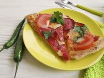 Ντομάτα πετσετών μαχαιριών πιπεριών δικράνων λουκάνικων μερίδας κομματιού πιτσών άσπρο σε ξύλινο Στοκ φωτογραφία με δικαίωμα ελεύθερης χρήσης