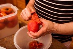 Ντομάτα που ξεφλουδίζεται Στοκ Εικόνα