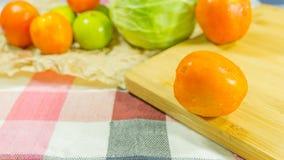 Ντομάτα σε ξύλινο Στοκ εικόνα με δικαίωμα ελεύθερης χρήσης