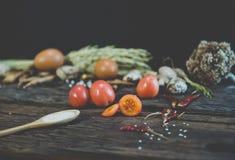 Ντομάτα στον ξύλινο πίνακα Στοκ φωτογραφία με δικαίωμα ελεύθερης χρήσης