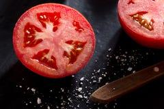 Ντομάτα στο μαύρο υπόβαθρο πλακών Στοκ φωτογραφία με δικαίωμα ελεύθερης χρήσης