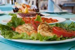 Ντομάτα Pesto μοτσαρελών τυριών αιγών γεύματος Στοκ φωτογραφία με δικαίωμα ελεύθερης χρήσης