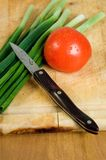 ντομάτα scallions μαχαιριών Στοκ Φωτογραφίες