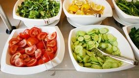 Ντομάτες, αγγούρια, φέτες λεμονιών στα κύπελλα σε ένα εστιατόριο Στοκ Εικόνα