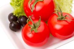 ντομάτες ελιών μαρουλιού φύλλων Στοκ φωτογραφία με δικαίωμα ελεύθερης χρήσης