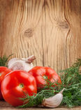 Ντομάτες και καρυκεύματα σε έναν ξύλινο πίνακα στοκ εικόνα