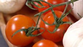 Ντομάτες και κινηματογράφηση σε πρώτο πλάνο σκόρδου απόθεμα βίντεο