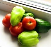 Ντομάτες και πιπέρια ώριμες από τον ήλιο Στοκ Εικόνες