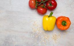 Ντομάτες και πιπέρι στον πίνακα Στοκ φωτογραφία με δικαίωμα ελεύθερης χρήσης