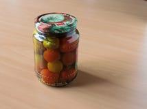 Ντομάτες και σκόρδο, που κονσερβοποιούνται Στοκ φωτογραφία με δικαίωμα ελεύθερης χρήσης