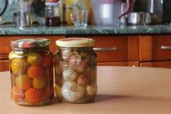 Ντομάτες και σκόρδο, που κονσερβοποιούνται Στοκ Εικόνες